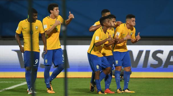 Los jugadores brasileños festejando un gol.