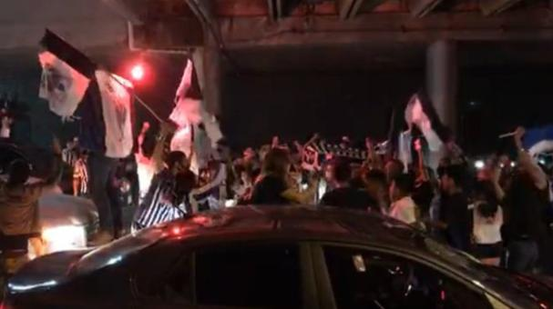 Los fanáticos se abrazaron y lanzaron cánticos.