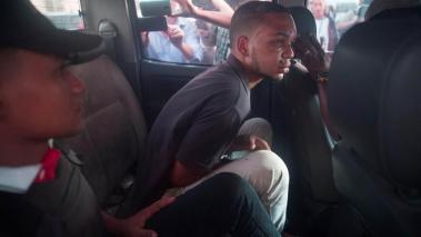 El motorista Eddy Feliz García (c), supuesto involucrado en el ataque al exbeisbolista David Ortiz, es trasladado al Palacio de Justicia de Santo Domingo Este (República Dominicana). El exbeisbolista de los Medias Rojas de Boston fue herido de bala. EFE