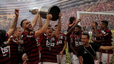 Jugadores de Flamengo celebran con el trofeo de campeones de la Copa Libertadores 2019 este sábado tras la final ante River Plate, en el estadio Monumental en Lima (Perú). EFE