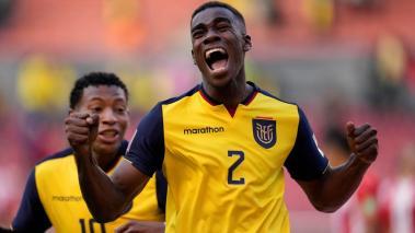 Félix Torres de Ecuador celebra un gol hoy, en un partido de las eliminatorias sudamericanas para el Mundial de Catar 2022 entre Ecuador y Paraguay en el estadio Rodrigo Paz Delgado en Quito (Ecuador). EFE