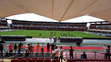 Periodistas y fotógrafos cubren hoy un entrenamiento del seleccionado panameño de fútbol en el estadio Rommel Fernández, en Ciudad de Panamá. EFE