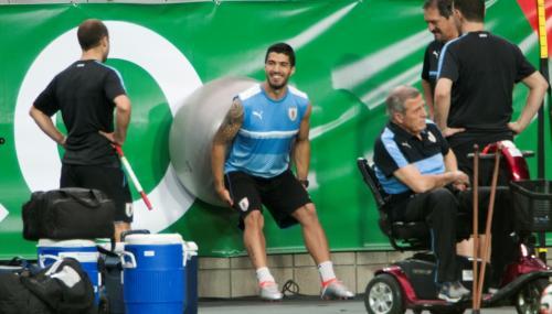 Luis Suárez mejora de su lesión y ya toca balón en la práctica