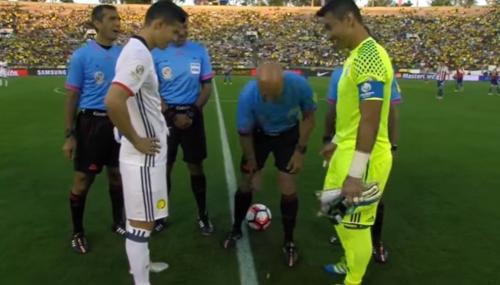 Insólito sorteo de campo con la moneda clavada en el partido entre Colombia y Paraguay
